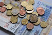 Dolar najtańszy od dwóch lat, funt traci po danych o inflacji