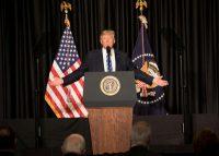 Komentarz: Rynek walutowy czeka na PKB i Trumpa