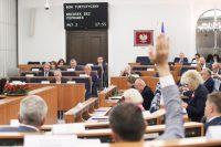 Senat wprowadził kilkadziesiąt poprawek do ustawy o bonie turystycznym i przyjął nowelizację ustawy o emeryturach i rentach
